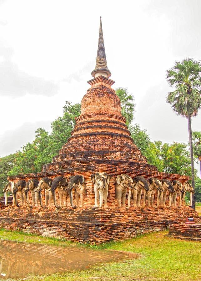 Старое Stupa Sukhothai Таиланд стоковое изображение rf