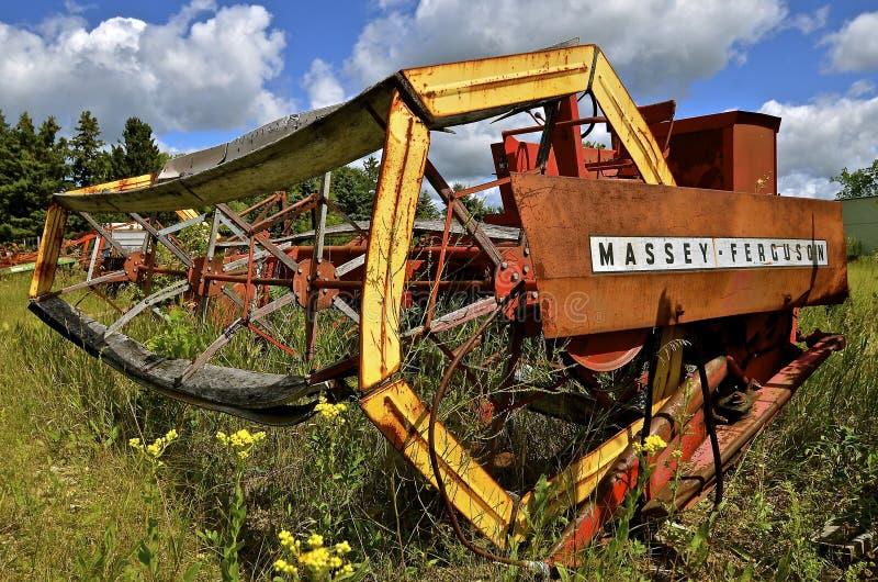 Старое swather Massey Ferguson самоходное стоковое фото rf