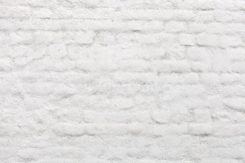 Старой кирпичная стена покрашенная белизной стоковые изображения