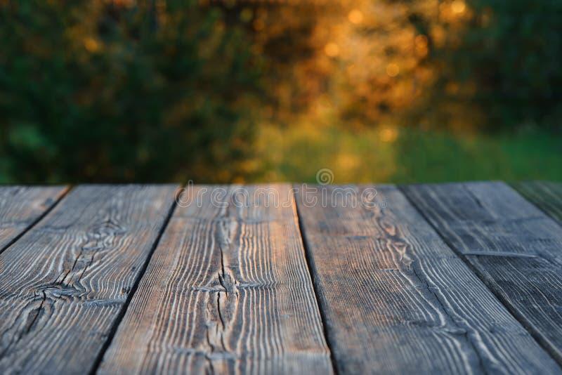 Старой таблица текстурированная древесиной, зеленое золото blured предпосылка стоковые изображения rf