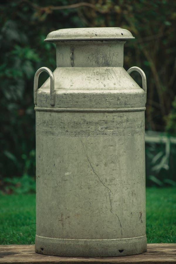 Старомодная маслобойка молока стоковые изображения rf