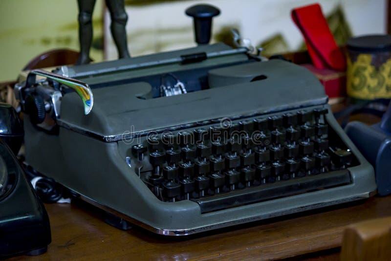 Старомодная машинка на таблице стоковые фото
