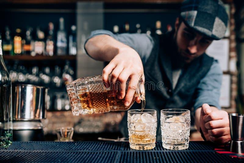 Старомодное питье коктеиля - питье вискиа, напиток gentlemans стоковые фотографии rf