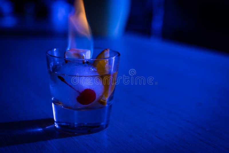 Старомодный коктейль на шарике льда с горящим сахаром стоковое изображение