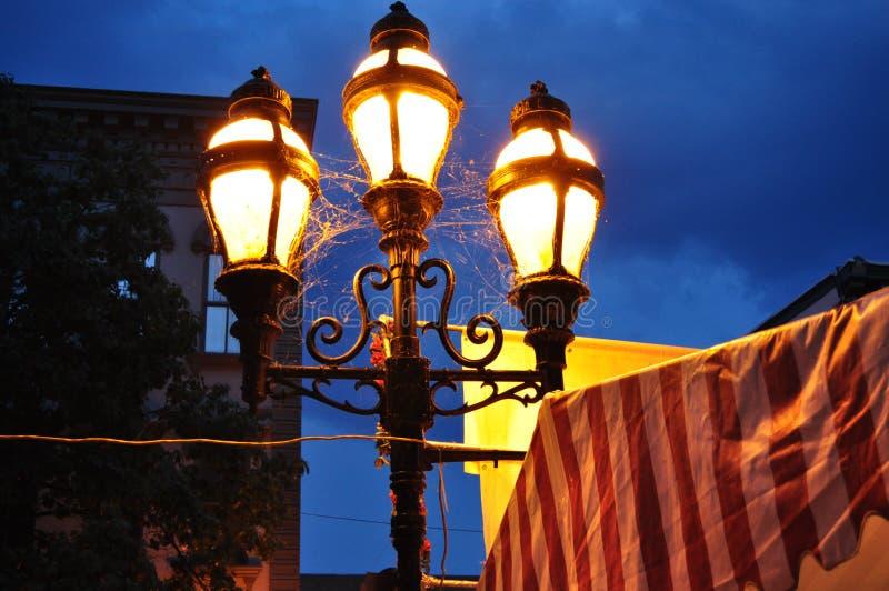 Старомодные лампы против темного фона неба стоковые фото