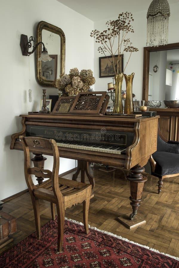 Старомодный интерьер с роялем стоковые фотографии rf