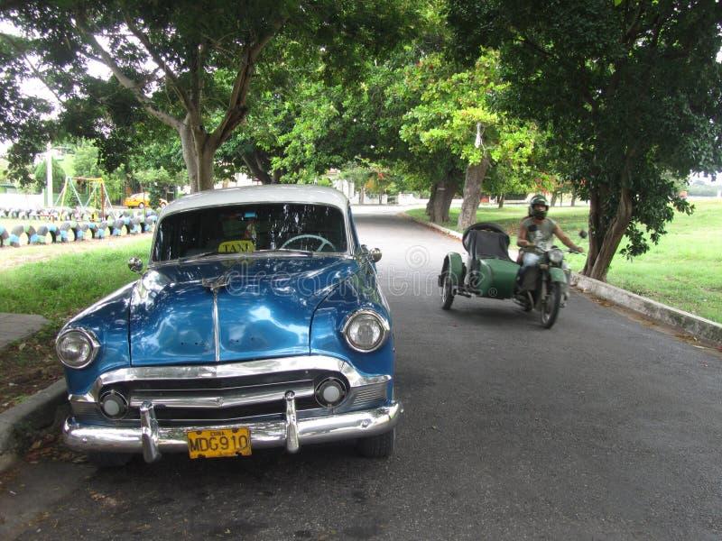 Старомодный кубинський автомобиль и мотоцикл стоковое фото rf