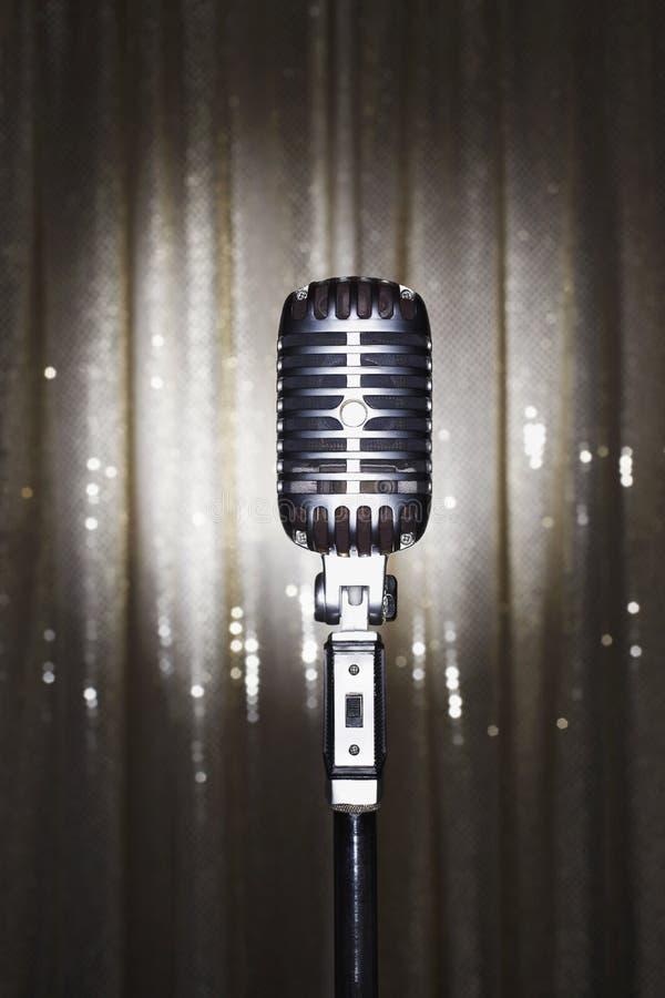 Старомодный микрофон перед занавесом этапа стоковые изображения