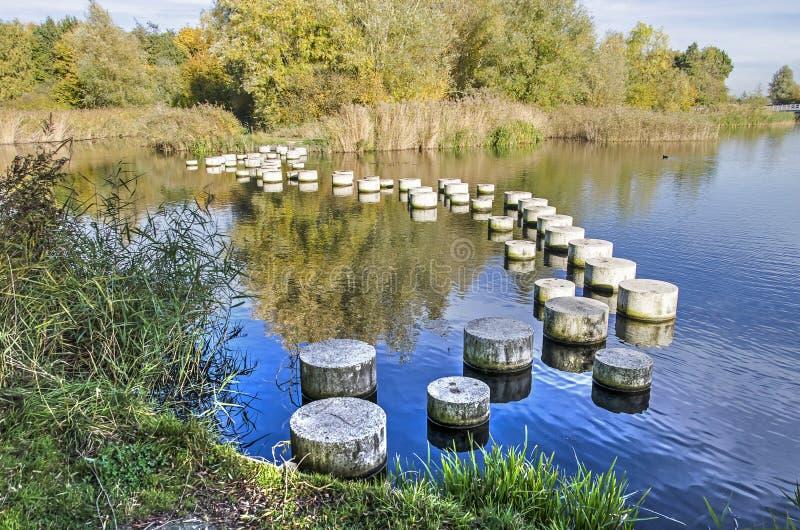 Стартовые площадки через озеро стоковые фотографии rf