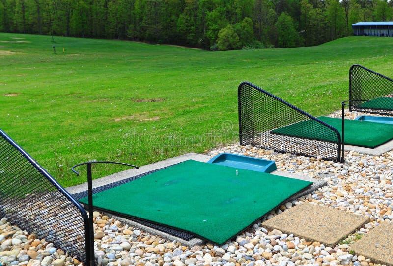 Стартовые площадки тренировочной площадки гольфа стоковые фотографии rf