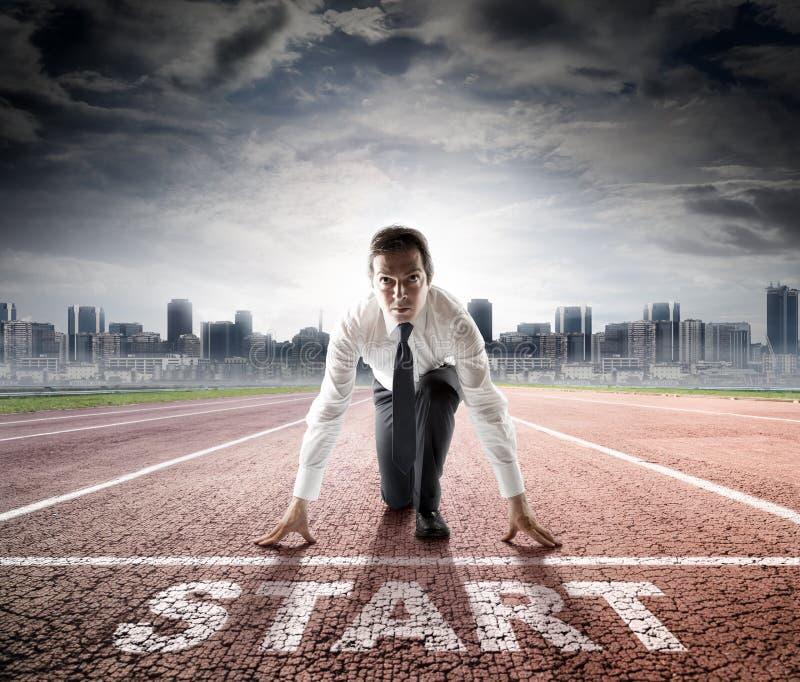 Старт дела - бизнесмен готовый для конкуренции стоковое изображение