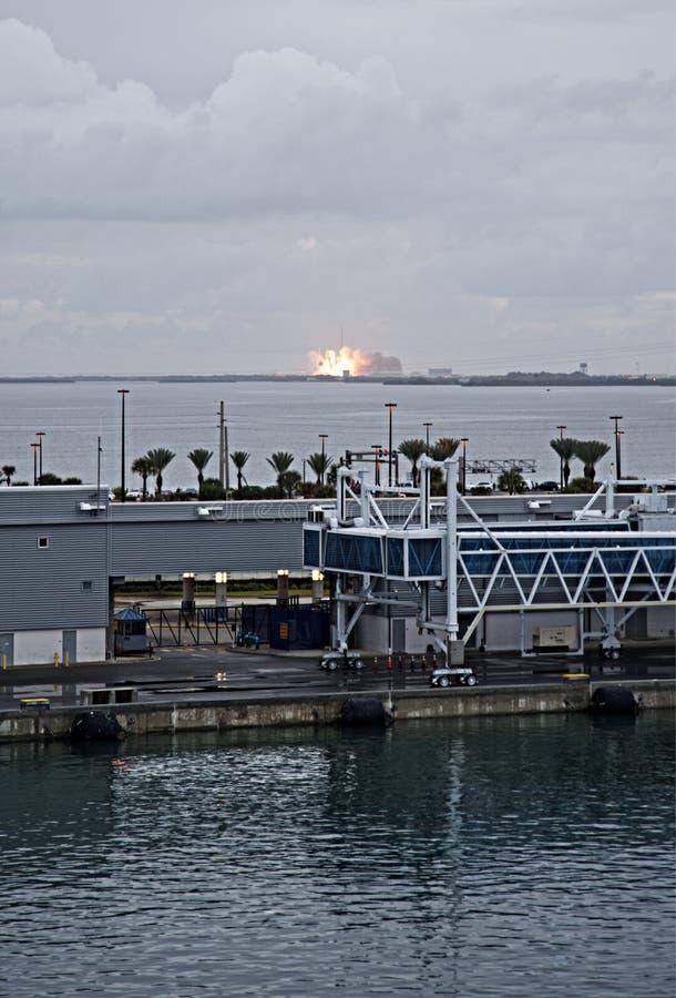 Старт корабля Ориона в Мыс Канаверал, увиденном от круиза Дисней стоковые фотографии rf