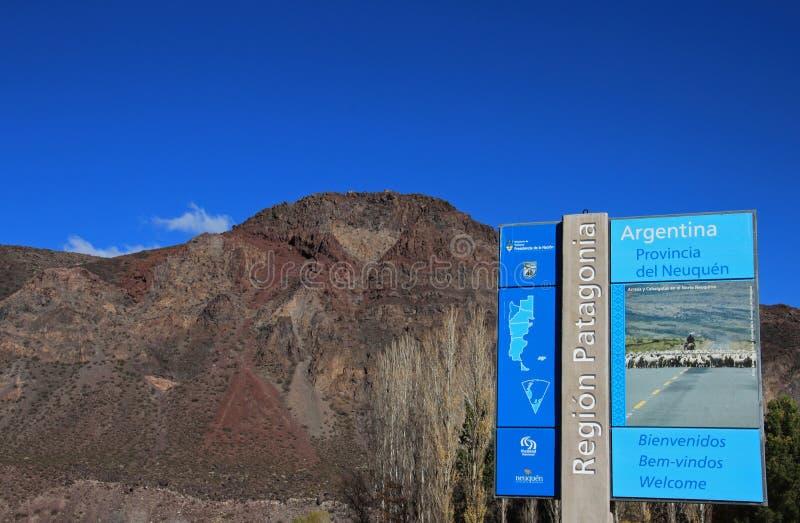 Старт дорожного знака начинает Патагонии, Аргентины стоковые изображения rf