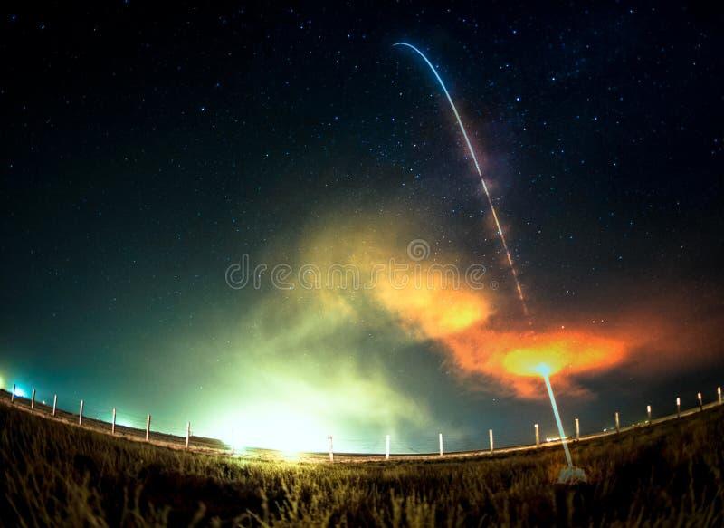 Старт ракеты на ноче Линзы окуляра рыб стоковые изображения