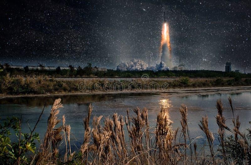 Старт ракеты на ноче Спокойный ландшафт природы стоковые изображения rf