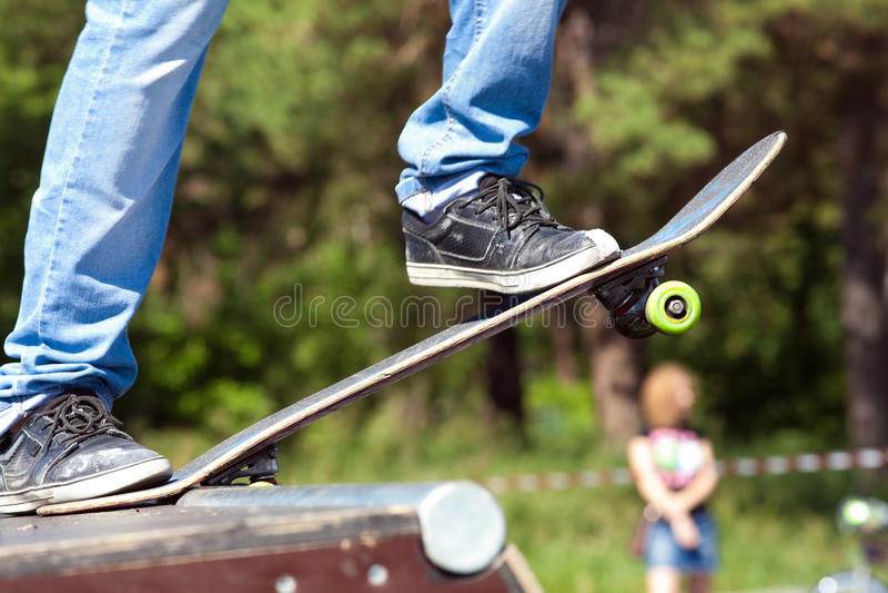 старт скейтбордиста стоковое изображение rf