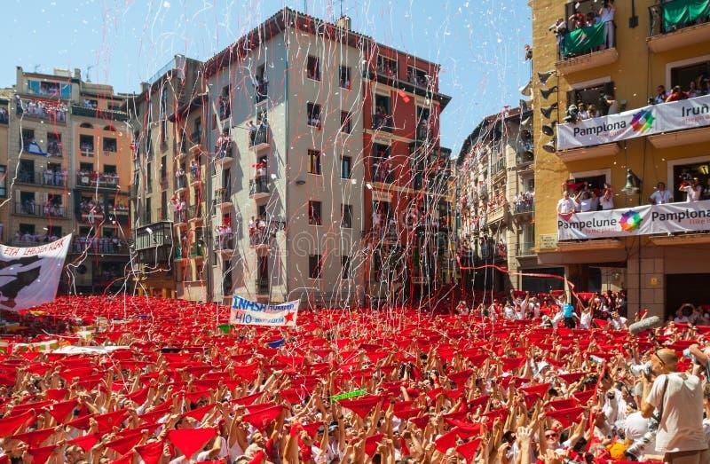Старт фестиваля Сан Fermin в Памплоне, Испании стоковые фотографии rf