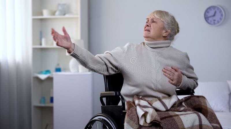 Старуха в боли в груди кресло-коляскы чувствуя, спрашивая помощь, сердечный приступ, больница стоковая фотография rf