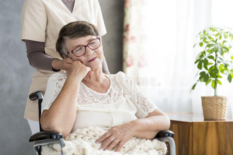 Старуха в кресло-коляске стоковое фото