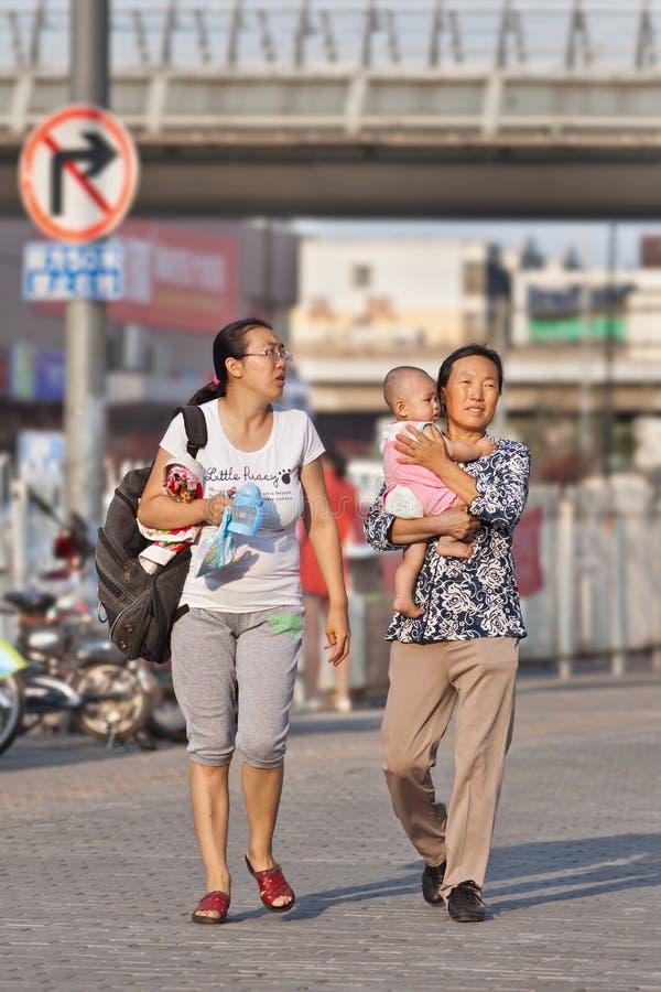 Старуха с дочерью и внучкой на улице, Пекином, Китаем стоковые фото