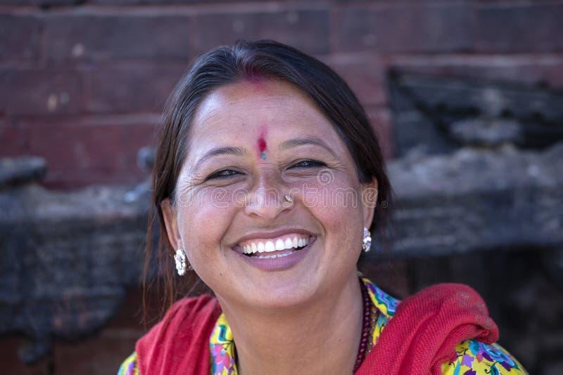 Старухи портрета в традиционном платье в улице Катманду, Непале стоковое фото
