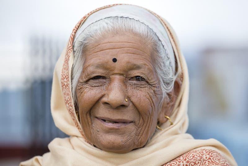 Старухи портрета в традиционном платье в улице Катманду, Непале стоковое изображение rf