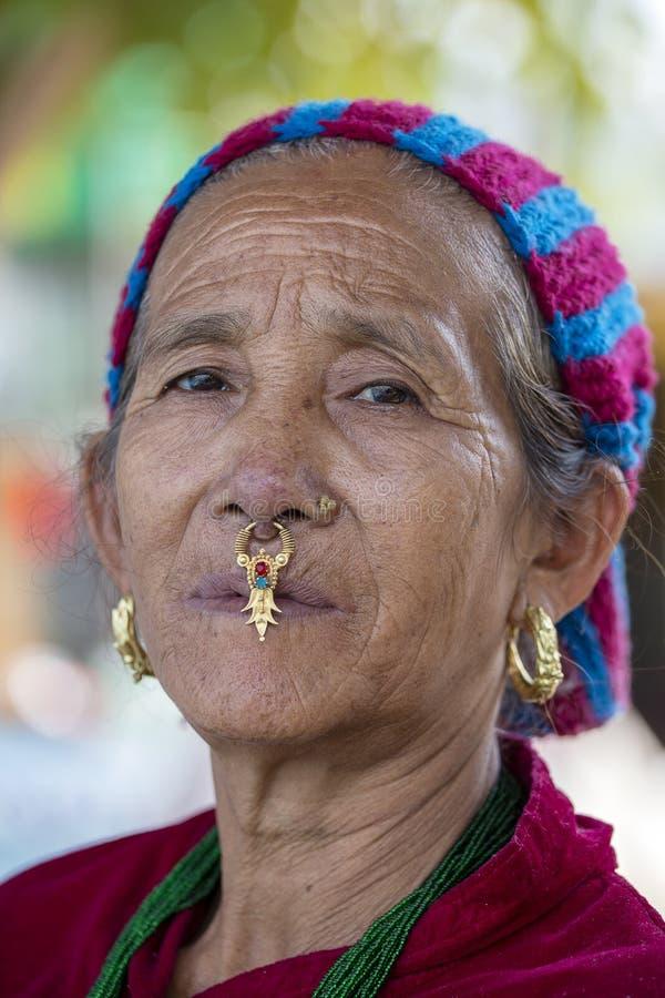 Старухи портрета в традиционном платье в улице Катманду, Непале стоковые фотографии rf