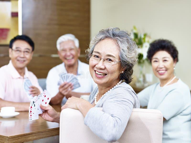 Старшая азиатская женщина в карточной игре стоковая фотография rf