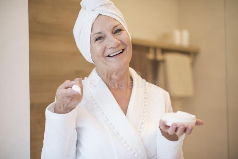 Старшая дама после ливня стоковое фото rf