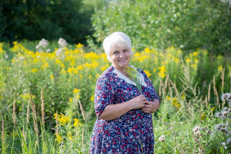 Старшая бабушка внешняя стоковые фотографии rf