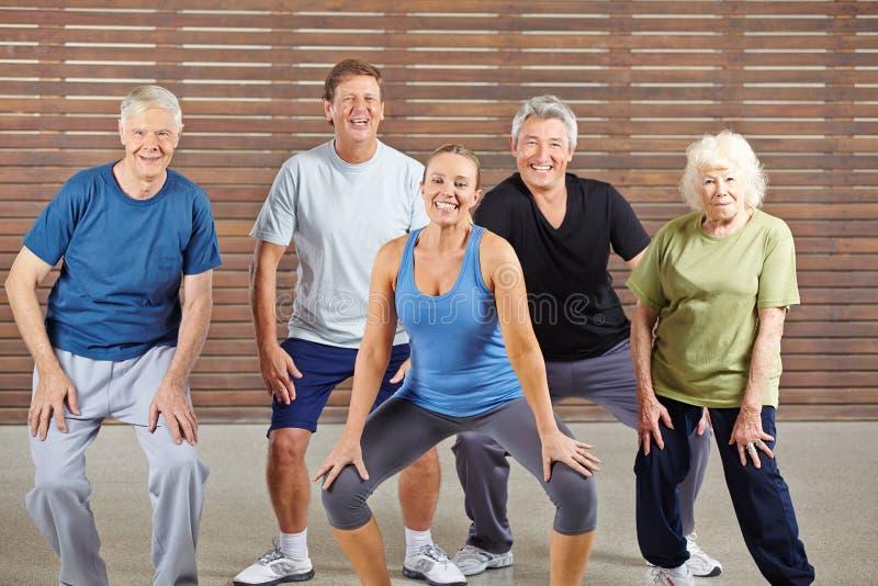 Старшая группа принимая уроки танцев в спортзале стоковое изображение rf