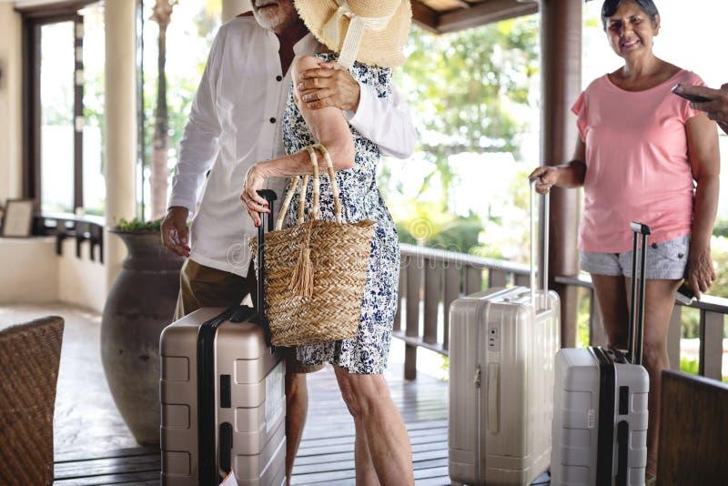 Старшая группа путешественника приезжая на гостиницу стоковое изображение rf