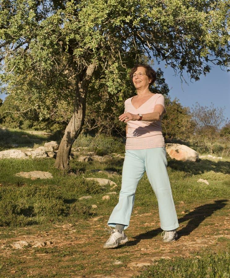 старшая гуляя женщина стоковое изображение rf