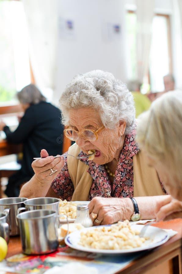 Старшая еда женщины стоковая фотография rf