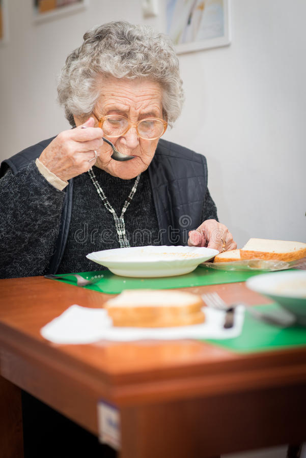 Старшая еда женщины стоковое изображение rf