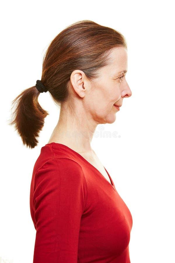 Старшая женщина в взгляде профиля стоковое изображение rf