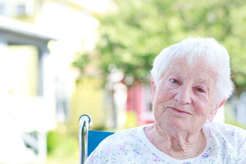 Старшая женщина в кресло-коляске стоковые фото
