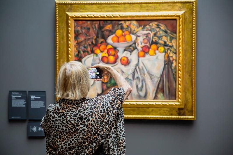 Старшая женщина в музее изобразительных искусств Orsay, Париже стоковые изображения rf