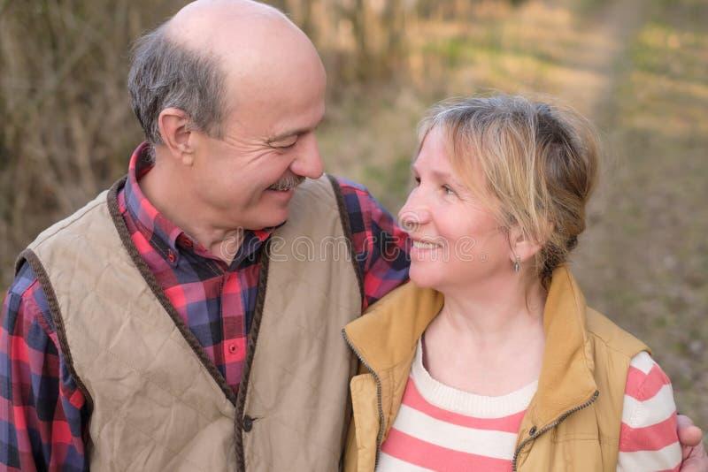 Старшая женщина и человек идя в парк стоковое изображение rf