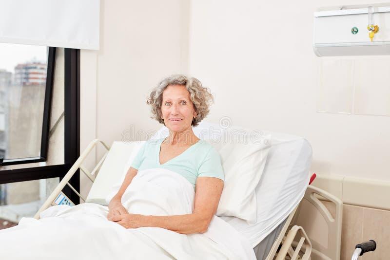 Старшая женщина как пациент в больничной койке стоковое фото rf