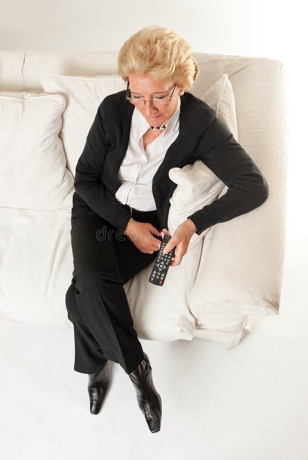 Старшая женщина миря TV стоковые фотографии rf