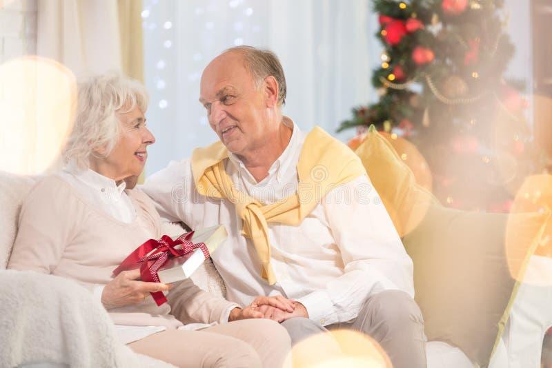 Старшая женщина получая подарок рождества стоковое фото