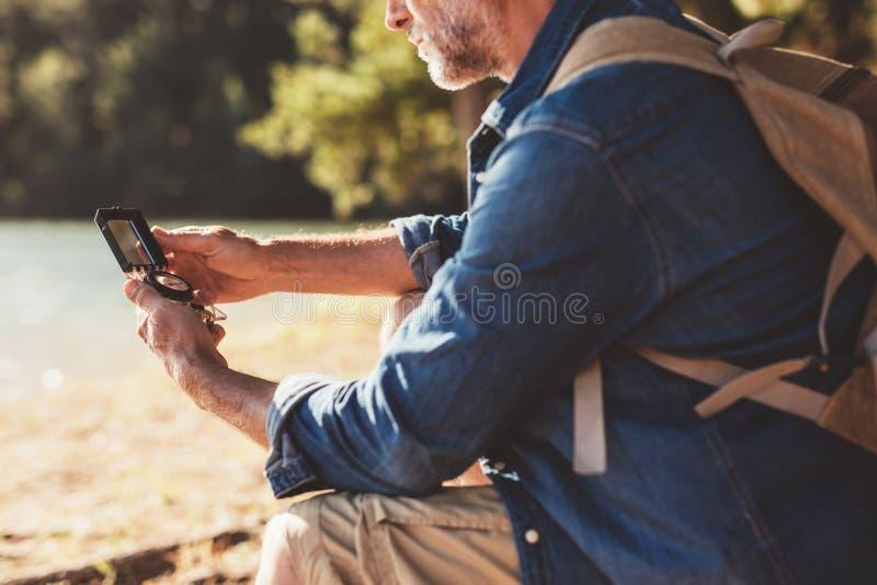 Старшая женщина получая сплавляться уроки от человека стоковая фотография