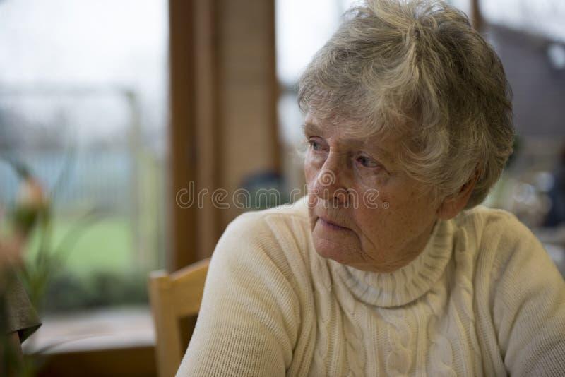 Старшая женщина смотря потревоженный стоковые изображения rf