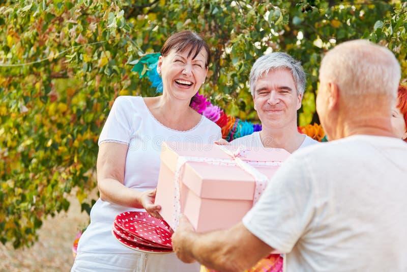 Старшая женщина счастливая о ее подарке на день рождения стоковые фотографии rf