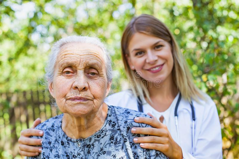 Старшая женщина с врачем в парке стоковые фото