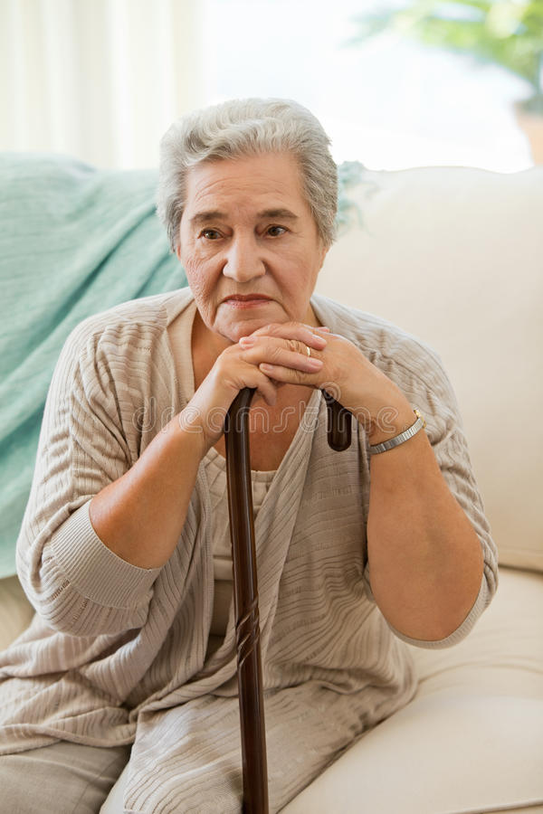 Старшая женщина с ее гуляя ручкой стоковая фотография