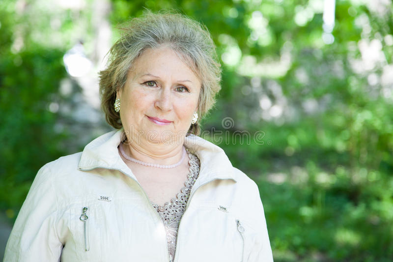 Старшая женщина outdoors стоковая фотография