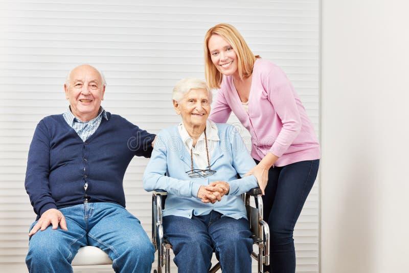 Старшая забота пар и дочери дома стоковая фотография