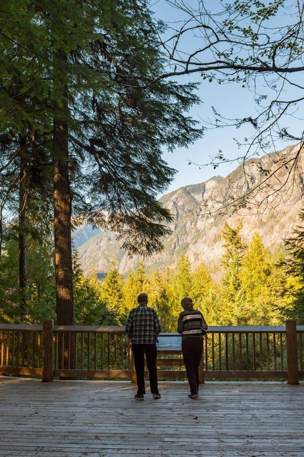 Старшая пара наблюдает южную горную цепь пикетчика от северного центра для посетителей каскадов стоковое изображение rf